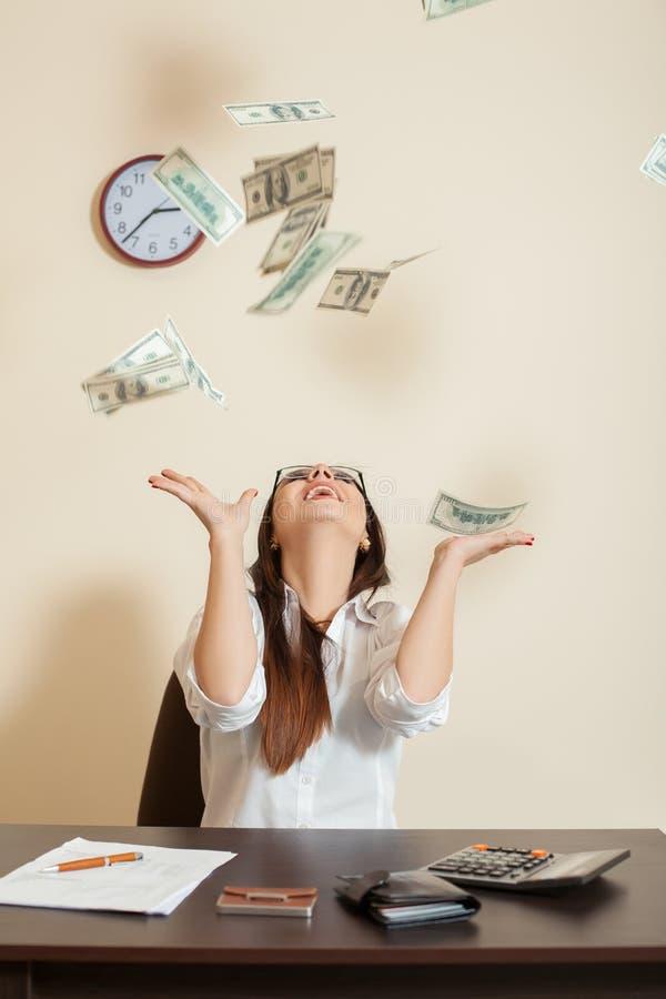 Download La Femme D'affaires De Sourire Jette Un Paquet De Dollars Image stock - Image du comptabilité, fille: 87700865