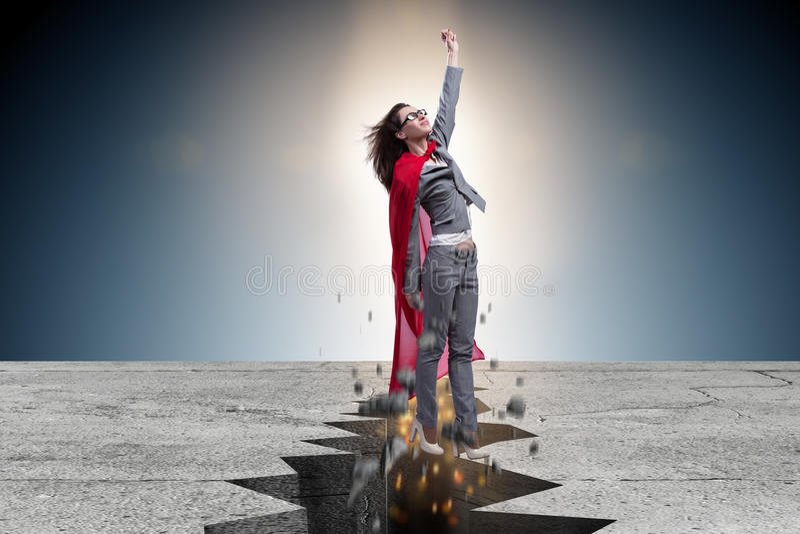 La femme d'affaires de super héros s'échappant de la situation difficile photographie stock