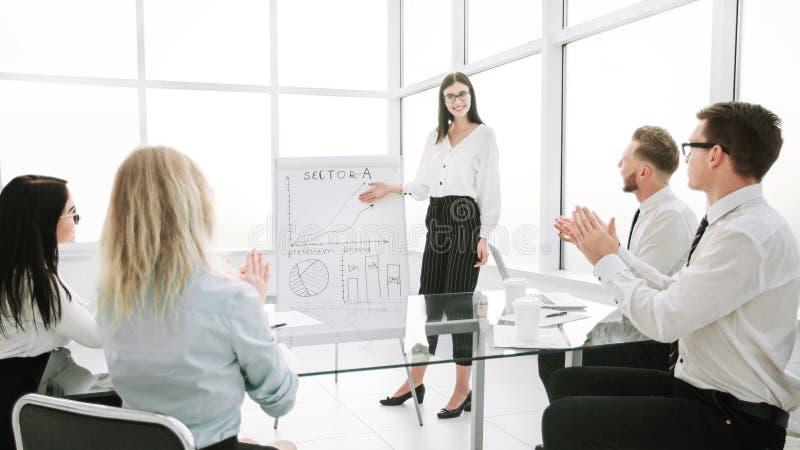La femme d'affaires discute avec l'?quipe d'affaires une nouvelle strat?gie commerciale image stock
