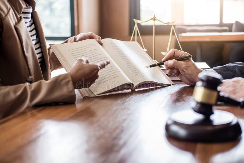 La femme d'affaires et l'avocat ou le juge de mâle consultent avoir la réunion d'équipe avec le client, le concept de loi et de s images stock