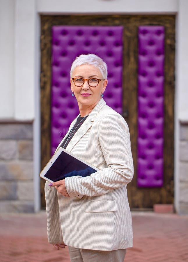 La femme d'affaires expérimentée va à la conférence photos libres de droits