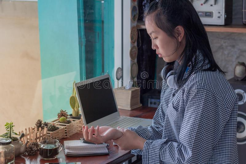 La femme d'affaires a fatigué du travail et de la douleur au poignet photo libre de droits
