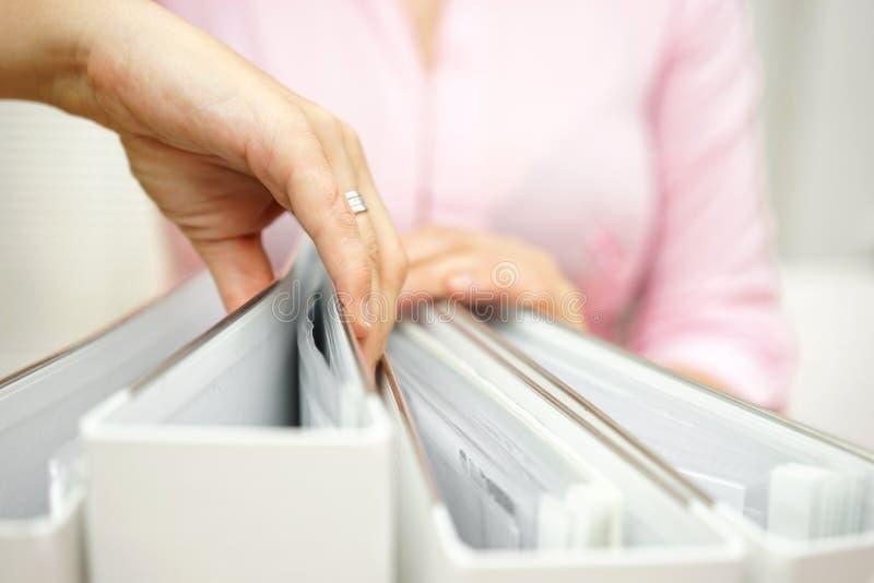 La femme d'affaires inspecte la documentation photo libre de droits