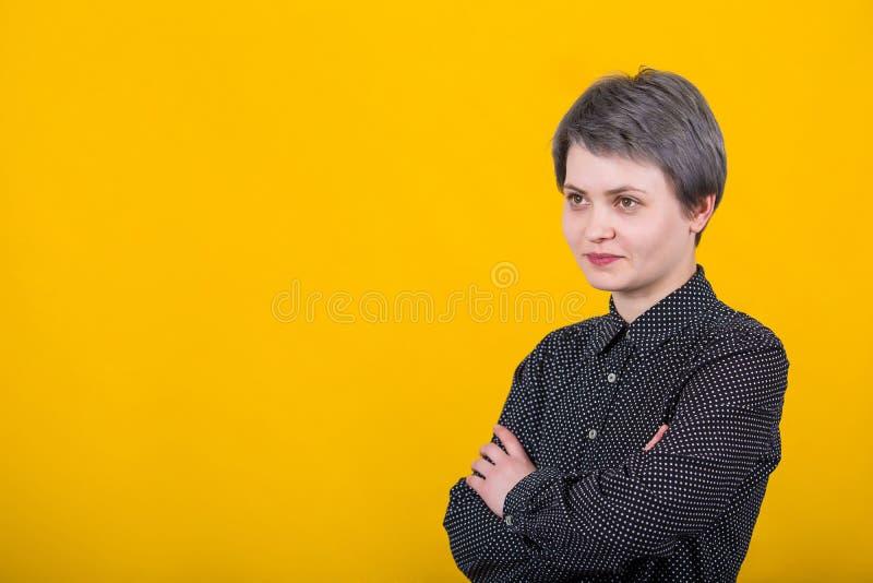 La femme d'affaires maintient des mains croisées image stock