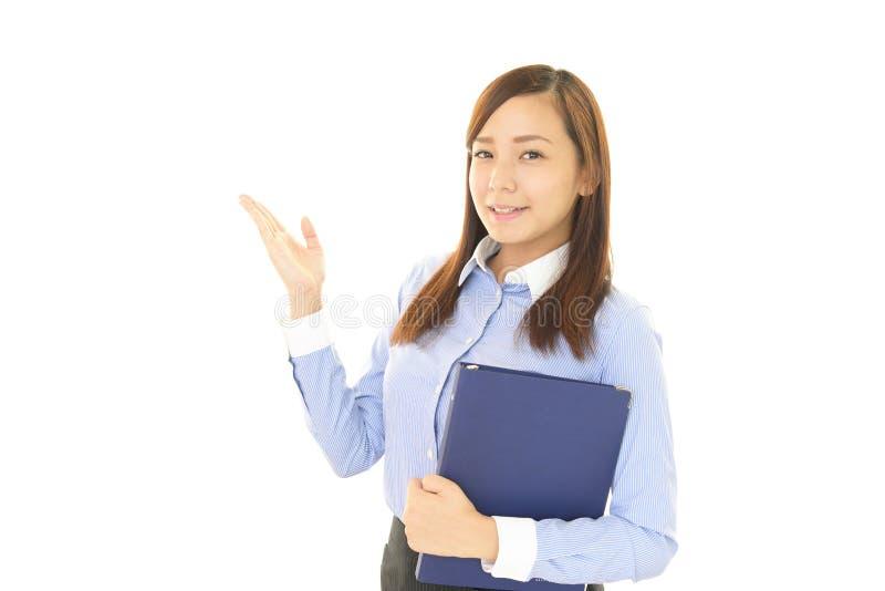 La femme d'affaires montre la manière images libres de droits