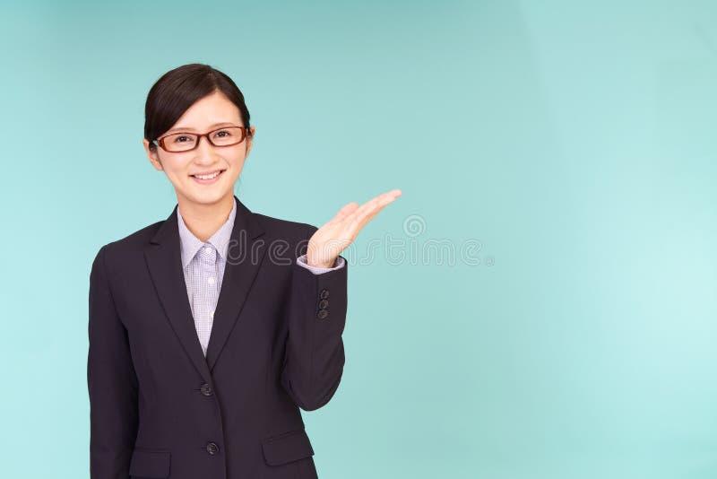La femme d'affaires montre la manière photo stock