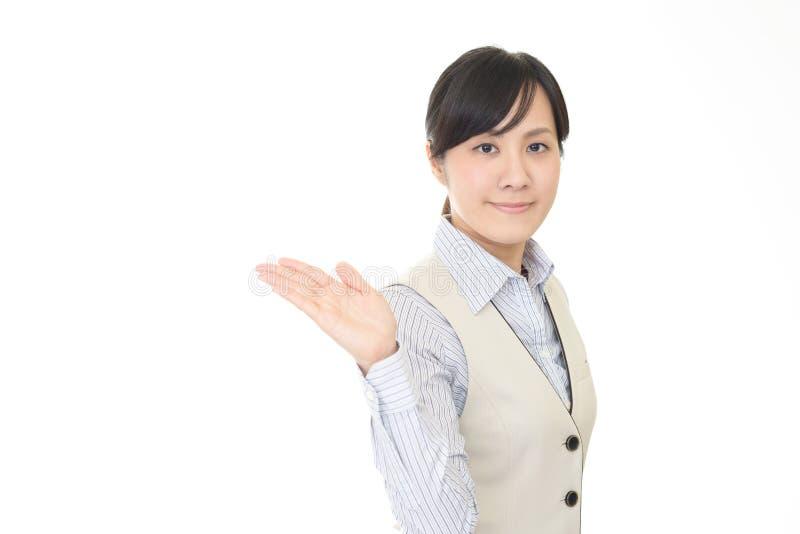 La femme d'affaires montre la mani?re photographie stock
