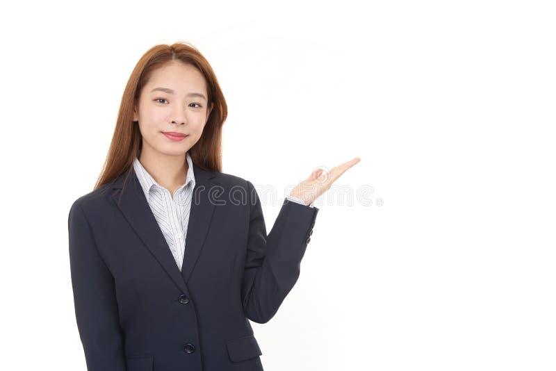 La femme d'affaires montre la mani?re photo stock