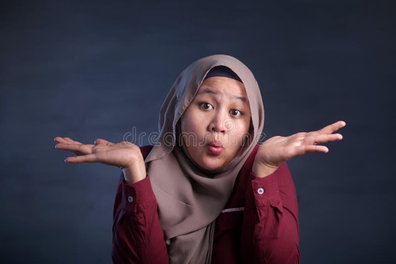 La femme d'affaires musulmane montre le geste de d?menti ou de refus photographie stock