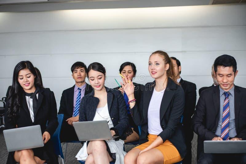 La femme d'affaires parle dans la formation pour l'opinion avec le chef de réunion dans la salle de conférence photo libre de droits