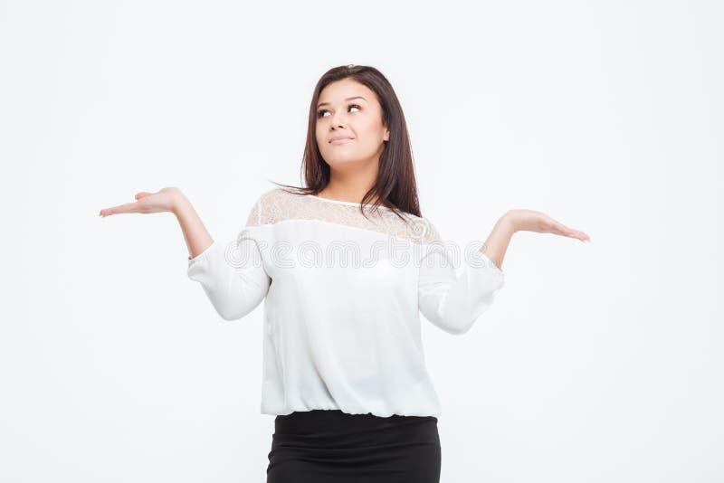 La femme d'affaires réfléchie tenant des mains aiment une Balance photo libre de droits