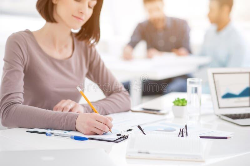 La femme d'affaires réussie et les affaires team lors de la réunion de bureau image stock
