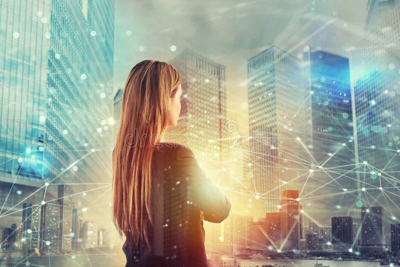 La femme d'affaires regarde loin pour l'avenir avec l'effet de réseau Internet photos stock