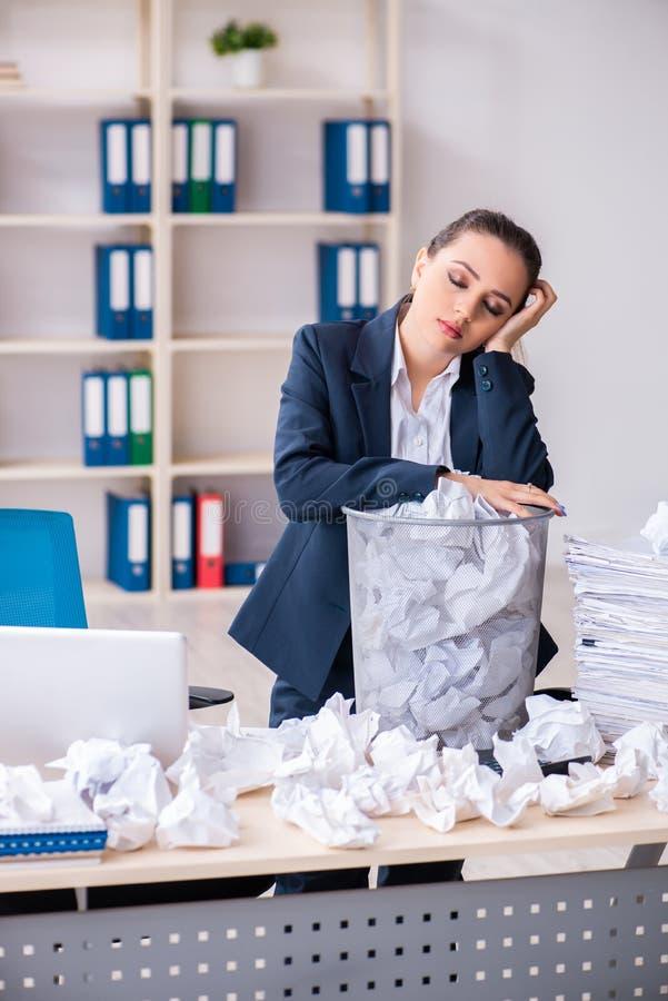 La femme d'affaires rejetant de nouvelles id?es avec un bon nombre de papiers photo stock