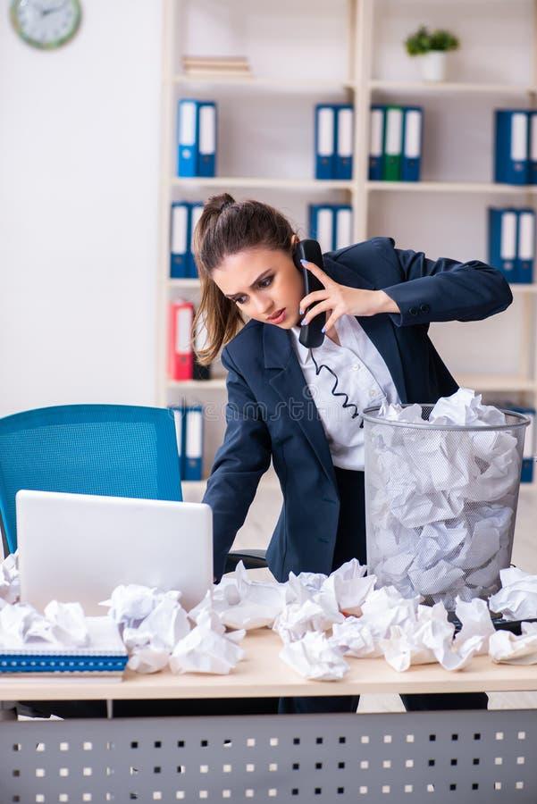 La femme d'affaires rejetant de nouvelles id?es avec un bon nombre de papiers photographie stock libre de droits