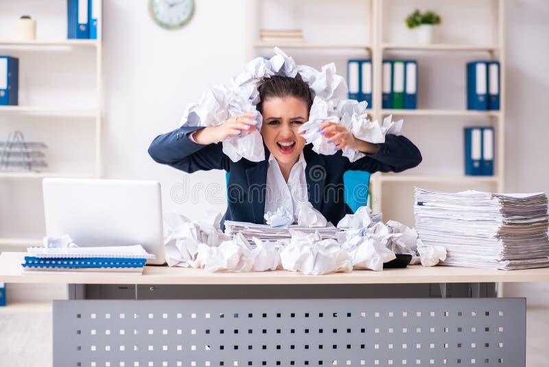 La femme d'affaires rejetant de nouvelles id?es avec un bon nombre de papiers images libres de droits