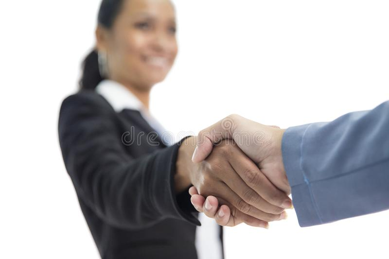 La femme d'affaires remet serrer la main avec son associé du travail et obtient a photos stock