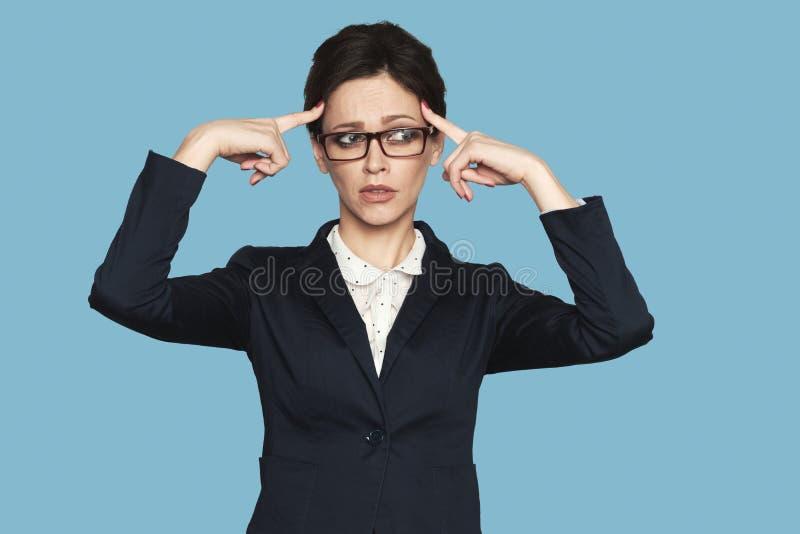 La femme d'affaires sérieuse pense image libre de droits