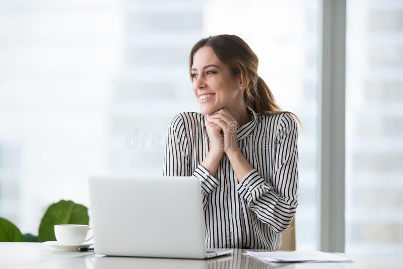 La femme d'affaires sûre heureuse a reçu bon, réussi, joyeux photo libre de droits