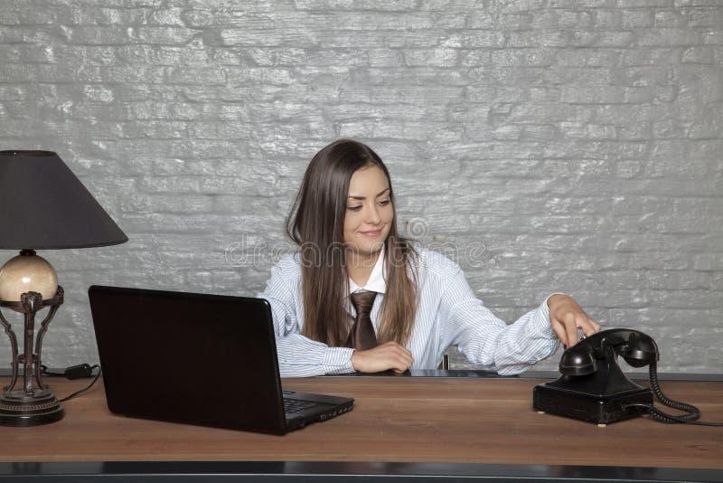 La femme d'affaires s'ennuie dans le bureau image libre de droits