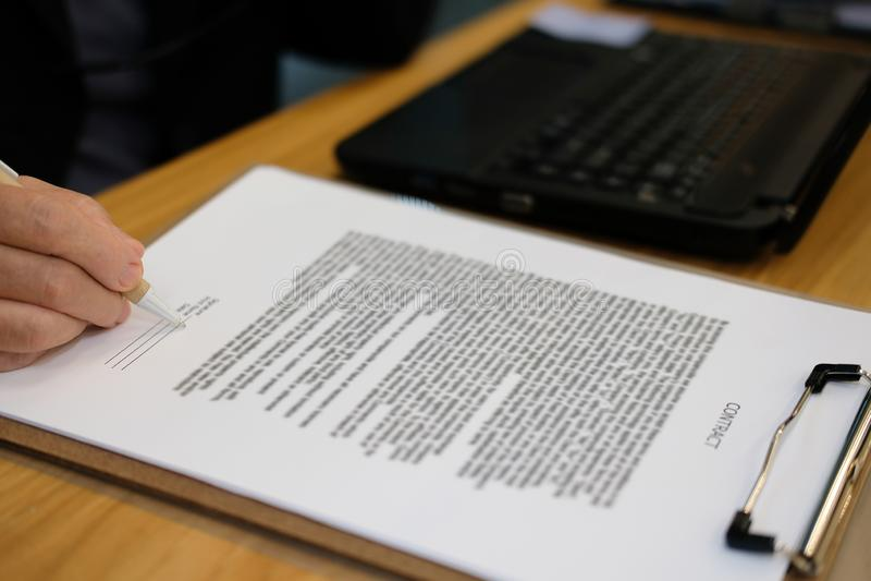 la femme d'affaires signent le contrat avocat avec le document au cabinet d'avocats images stock