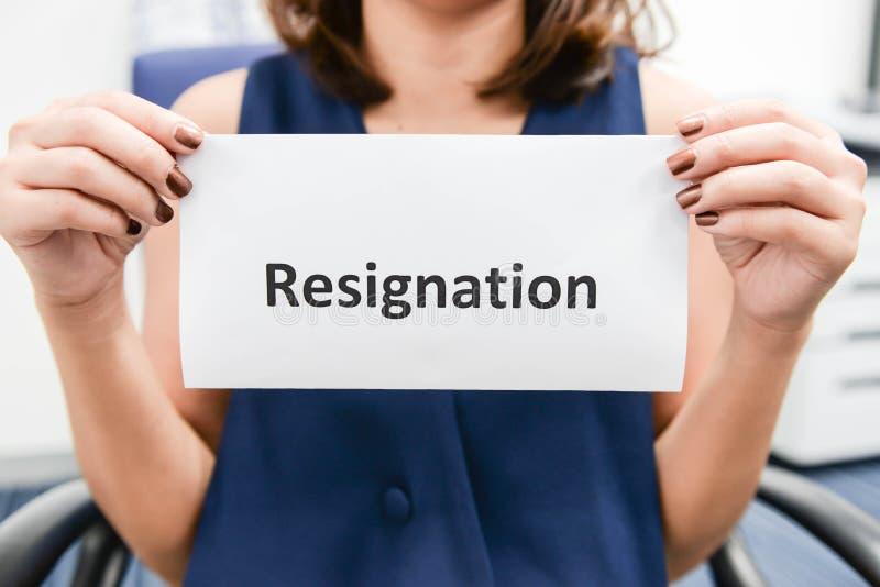 La femme d'affaires a soumis la lettre de démission photo libre de droits