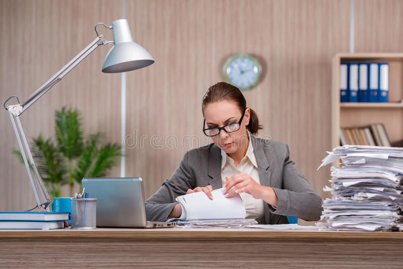 La femme d'affaires travaillant dans le bureau images libres de droits