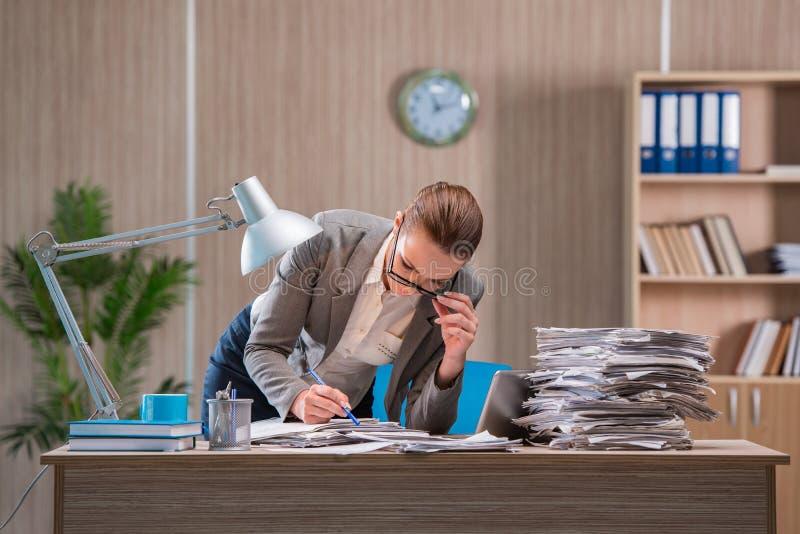 La femme d'affaires travaillant dans le bureau image stock