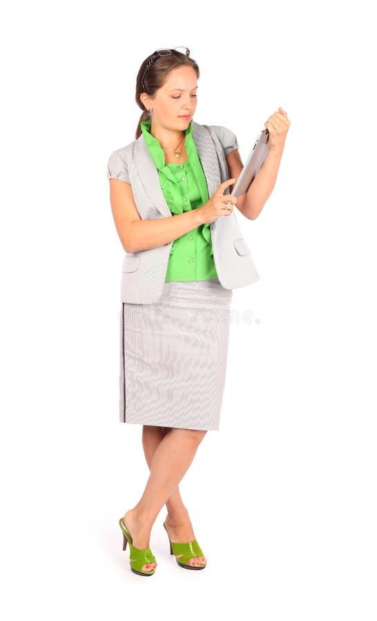 La femme d'affaires travaille avec la tablette dans le studio photographie stock