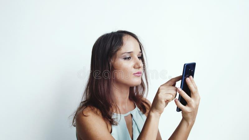 La femme d'affaires utilise la presse de téléphone portable par des médias ou des réseaux sociaux Fin vers le haut photos stock