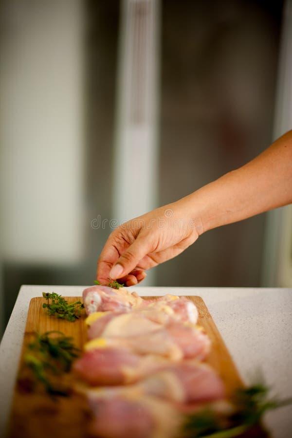 La femme d'afro-américain atteint pour un morceau de poulet, sa main images stock