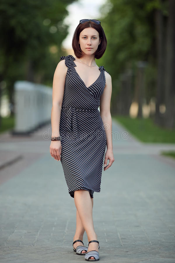 La femme d'apparence fraîche adorable adulte de brune de portrait intégral de mode de vie sans composent la coiffure de plomb pos photos libres de droits
