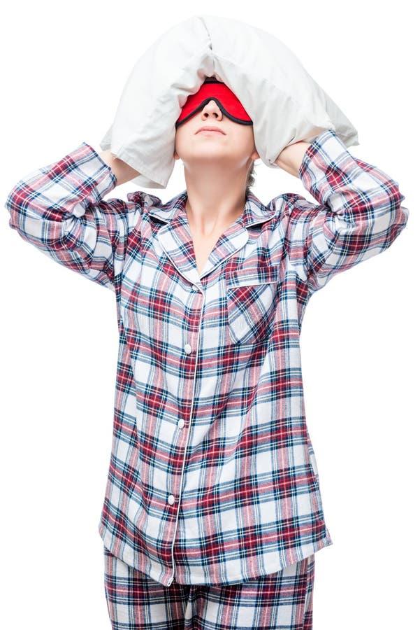 La femme dans des pyjamas ne peut pas tomber endormi, couvert sa tête photographie stock