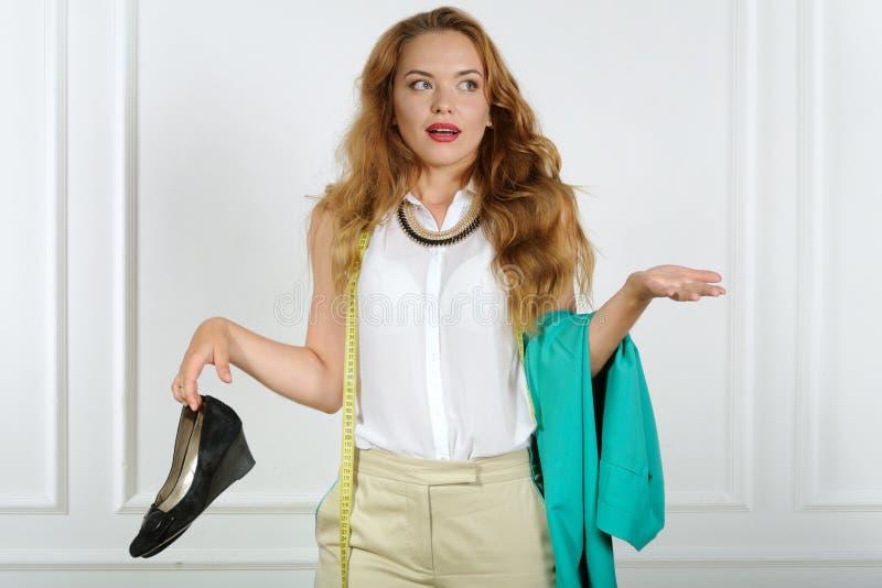 Download La Femme Dans La Confusion Tient Des Vêtements Photo stock - Image du adulte, affaires: 56475896