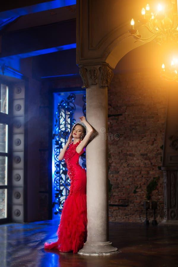 La femme dans la robe de lux avec la couronne aiment la reine, princesse, partie de lumières image libre de droits