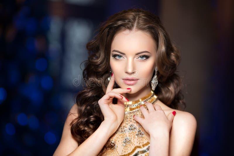 La femme dans la robe de lux avec la couronne aiment la reine, princesse, partie de lumières photo stock