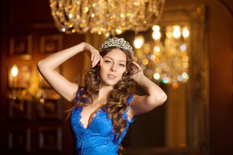 La femme dans la robe de lux avec la couronne aiment la reine, princesse, partie de lumières images stock