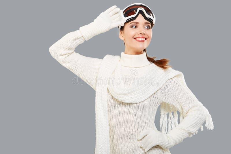 La femme dans le corps thermique de sports pour le ski de ski de formation google images stock