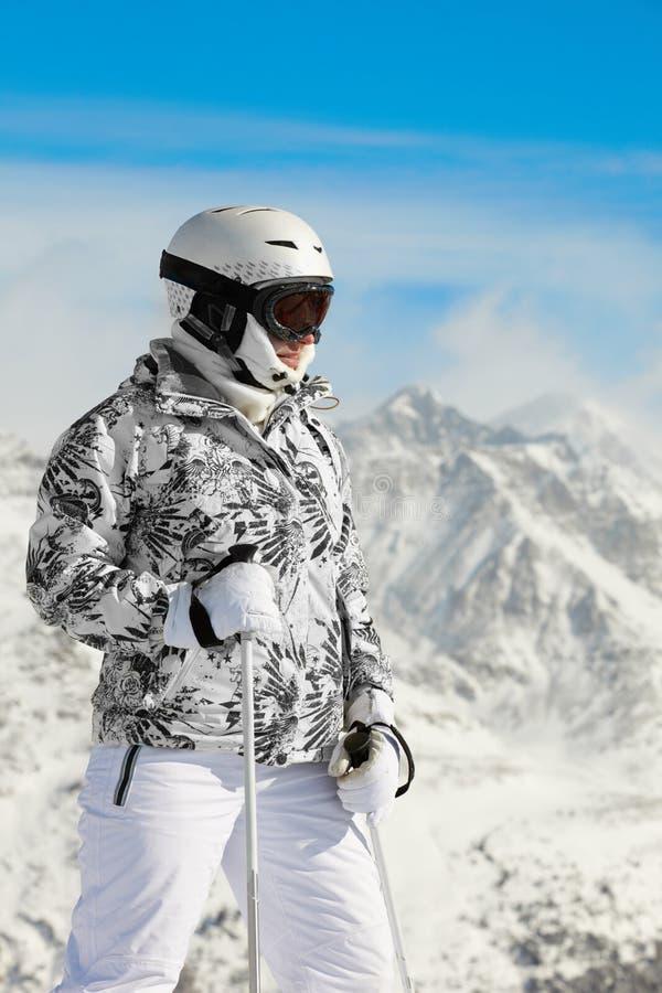 La femme dans le procès de ski et dans le casque reste images stock