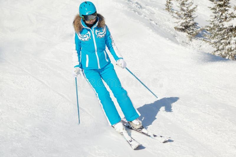 La femme dans le procès et le casque de ski skie en hiver photo libre de droits