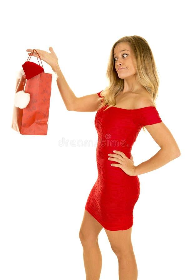 La femme dans le sac rouge de Noël de prise de robe dégrossissent photo libre de droits
