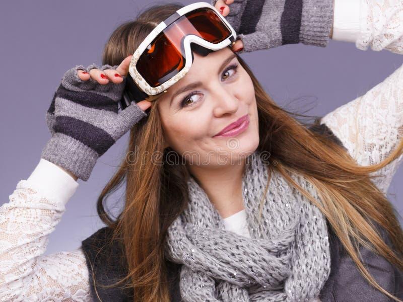 La femme dans le ski google le portrait chaud d'habillement d'hiver photographie stock