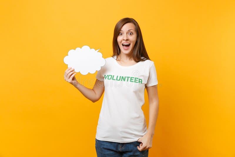 La femme dans le T-shirt blanc avec l'inscription écrite titre vert la prise volontaire bulle vide de la parole de nuage de parol photos libres de droits