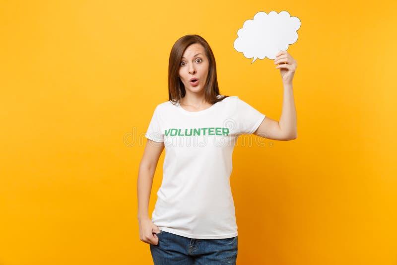La femme dans le T-shirt blanc avec l'inscription écrite titre vert la prise volontaire bulle vide de la parole de nuage de parol photographie stock libre de droits