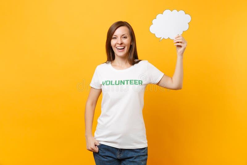 La femme dans le T-shirt blanc avec l'inscription écrite titre vert la prise volontaire bulle vide de la parole de nuage de parol image libre de droits