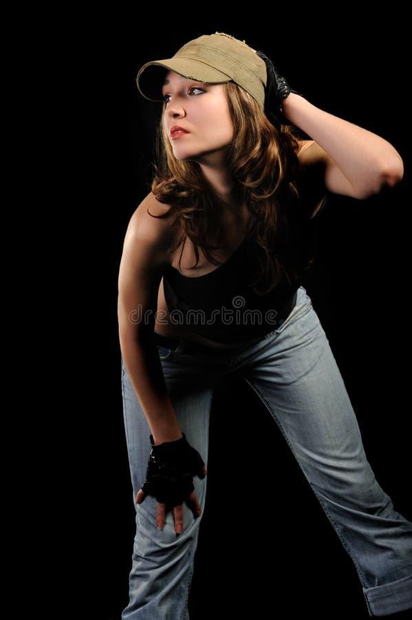 La femme dans les jeans et un capuchon élégant image libre de droits