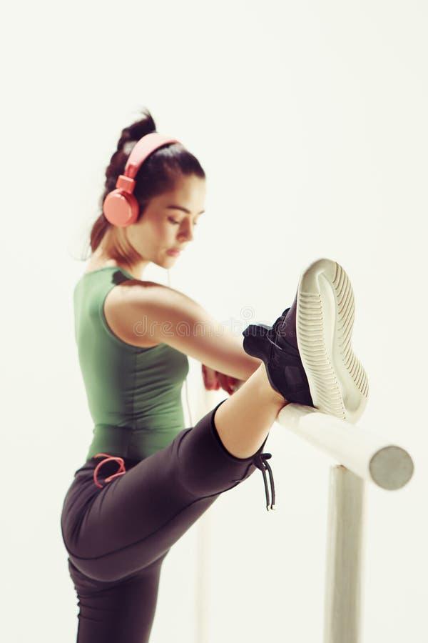 La femme dans la salle de danse à la machine de ballet photo libre de droits