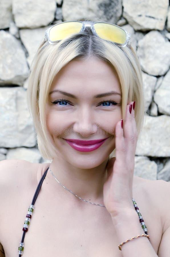 La femme dans un bikini sourit image libre de droits