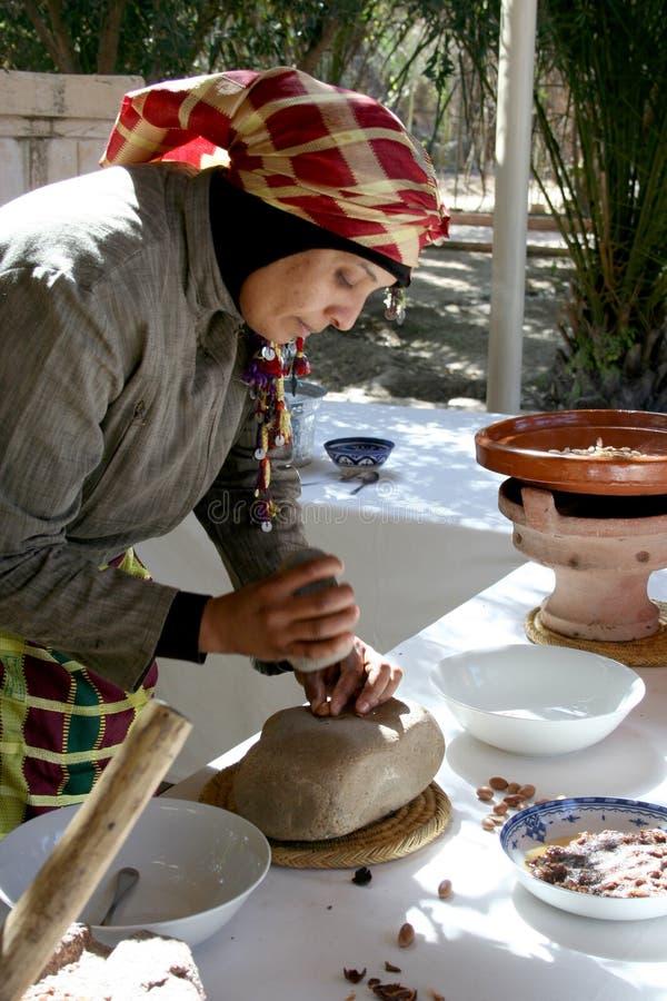 La femme de Berber fait Argan Oil, Maroc photos stock
