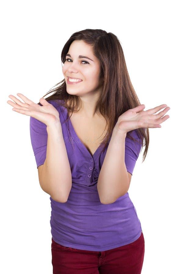 La femme de brune a répandu ses mains heureusement photo stock